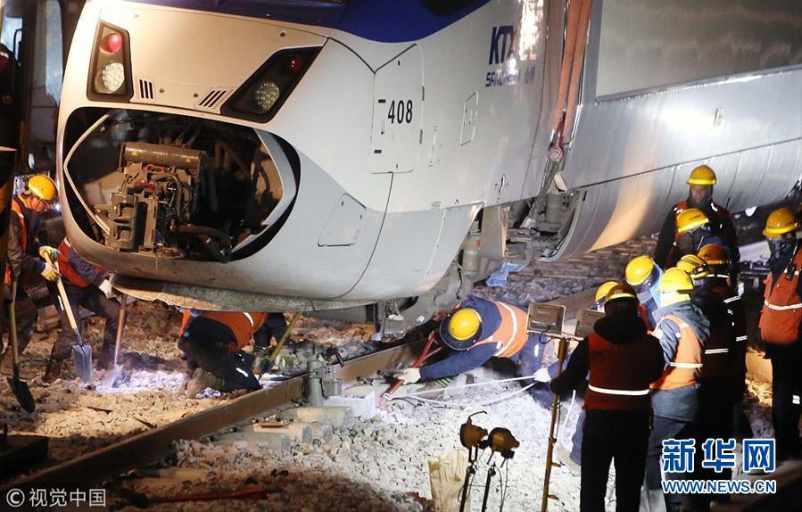 韩国铁道公社派出起重机等设备清理列车脱轨事故现场