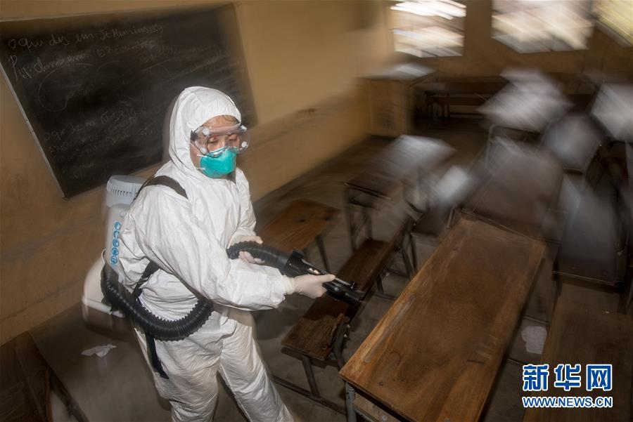(国际·图文互动)(2)与时间赛跑——中国救援队成为莫桑比克灾后防疫重要力量