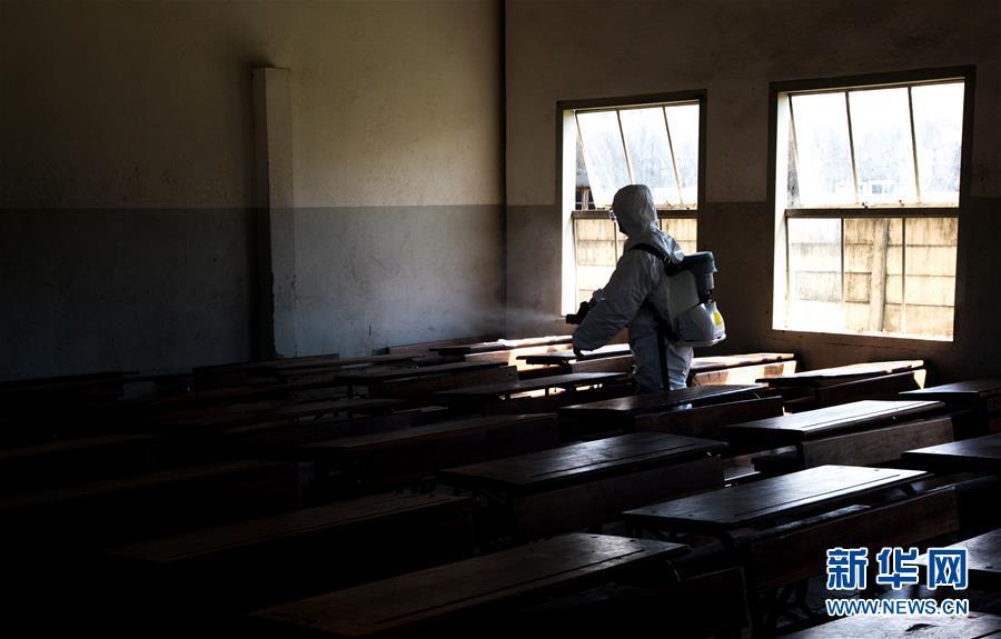 (国际·图文互动)(3)与时间赛跑——中国救援队成为莫桑比克灾后防疫重要力量