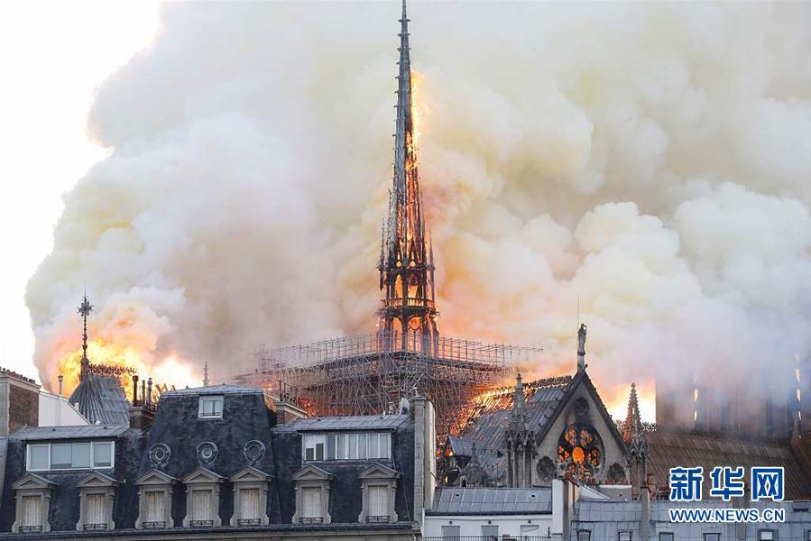 法国巴黎圣母院发生火灾 建筑损毁严重