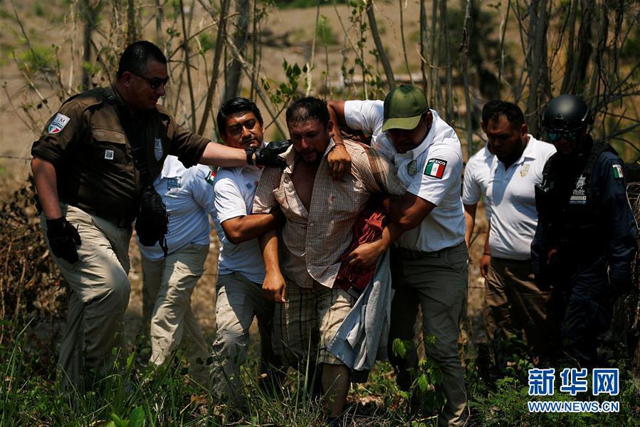 """中美洲移民""""组团""""穿越墨西哥赴美 途中遭突袭检查被拘"""