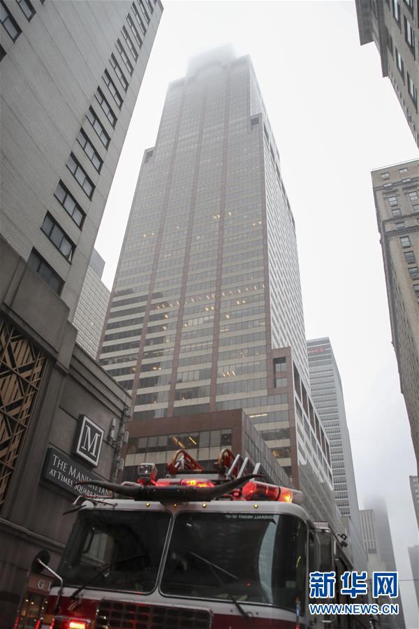 (国际)(1)一直升机在纽约曼哈顿一大厦楼顶坠毁 飞行员丧生