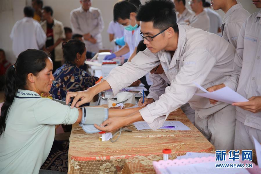 (國際·圖文互動)(3)通訊:中國公司帶來了醫療隊——中老合作水電站在老撾村寨組織體檢、義診