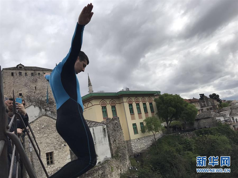 (國際·圖文互動)(3)通訊:波黑莫斯塔爾古橋上的跳水人