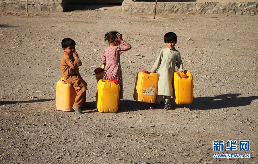 (國際)(1)取水的阿富汗難民