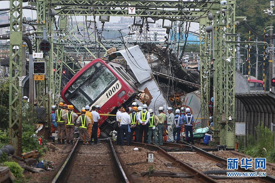 日本神奈川县一特快电车与卡车相撞事故致1死34伤