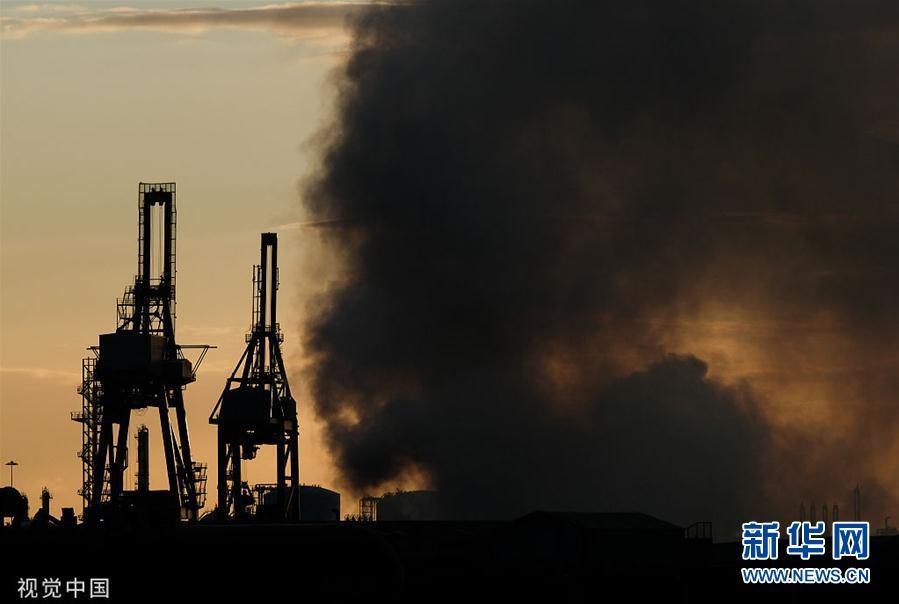 英国一废弃钢厂突发火灾 现场浓烟滚滚