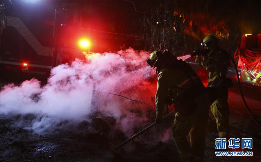 (国际)(1)美国加州发生多处山火致数万居民撤离