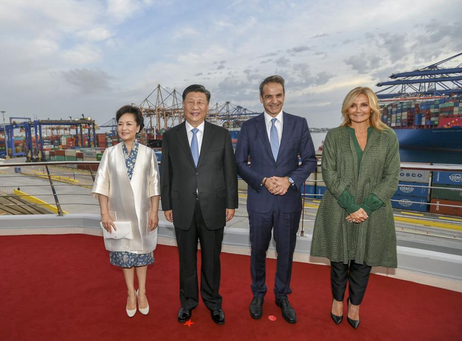 这是习近平和夫人彭丽媛同米佐塔基斯夫妇在港口楼顶平台合影。新华社记者谢环驰摄