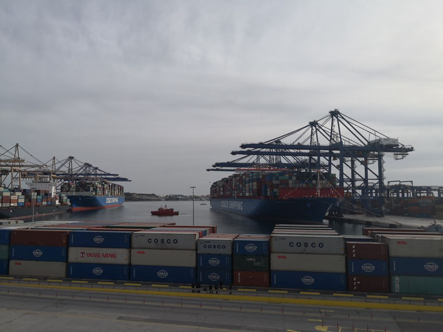 """停靠在比雷埃夫斯港的集装箱船""""中远海运狮子座""""和""""中远海运比利时""""。新华社记者霍小光摄"""