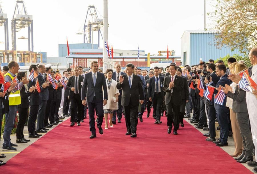 当地时间11月11日,国家主席习近平和夫人彭丽媛在希腊总理米佐塔基斯夫妇陪同下,共同参观中远海运比雷埃夫斯港项目。新华社记者李学仁摄