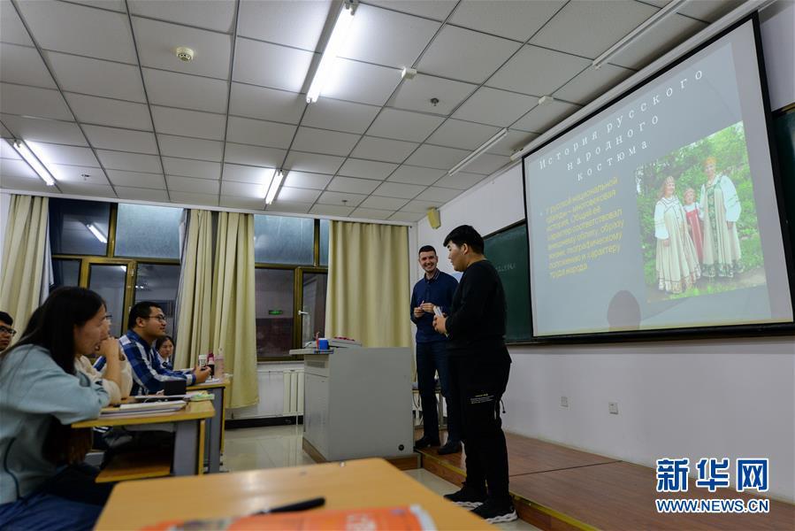 """(社會)(3)""""90後""""俄羅斯小夥在中國當教師"""