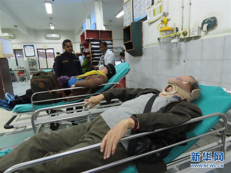 (國際)(3)25名中國遊客在尼泊爾遭遇車禍受輕傷