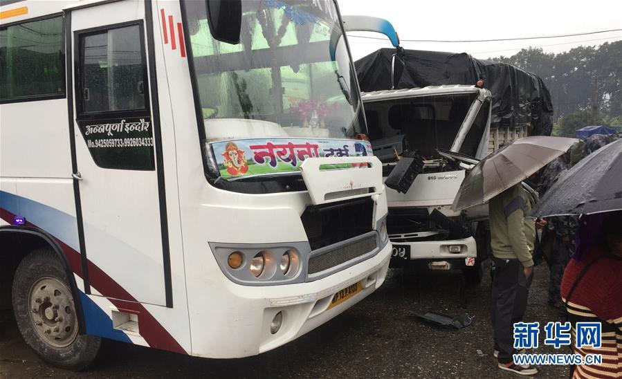 (國際)25名中國遊客在尼泊爾遭遇車禍受輕傷