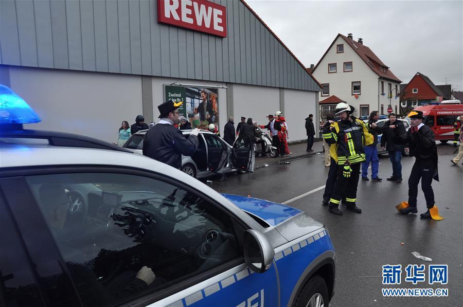 24日德国一汽车冲入狂欢节人群约30人受伤