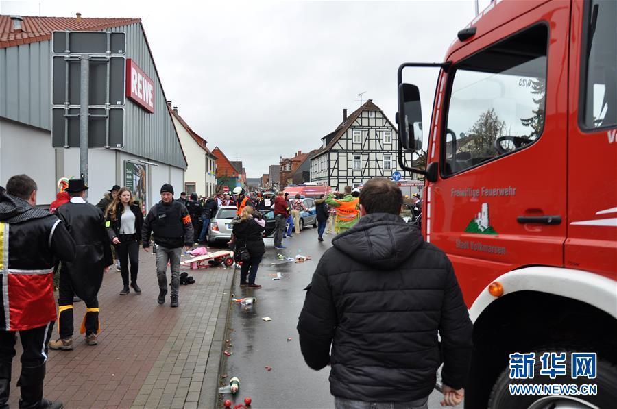 (国际)(2)德国一汽车冲入狂欢节人群约30人受伤