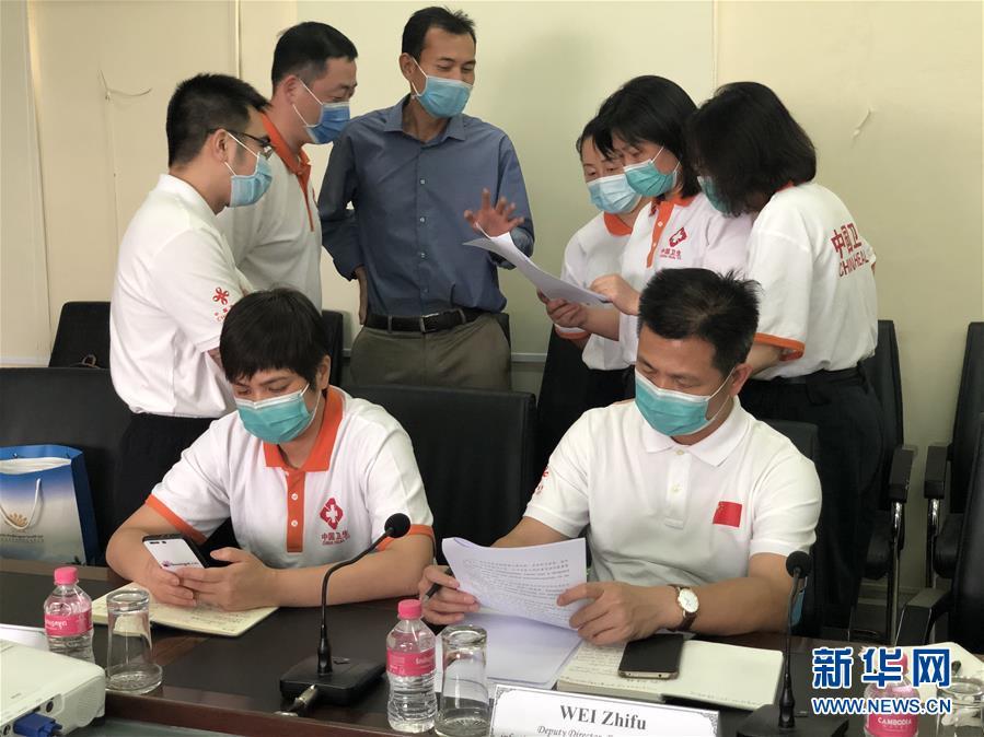 """(國際疫情·圖文互動)(7)""""工作忙碌又細致,經驗豐富又專業""""——一名柬埔寨青年眼中的中國援柬抗疫醫療專家組"""
