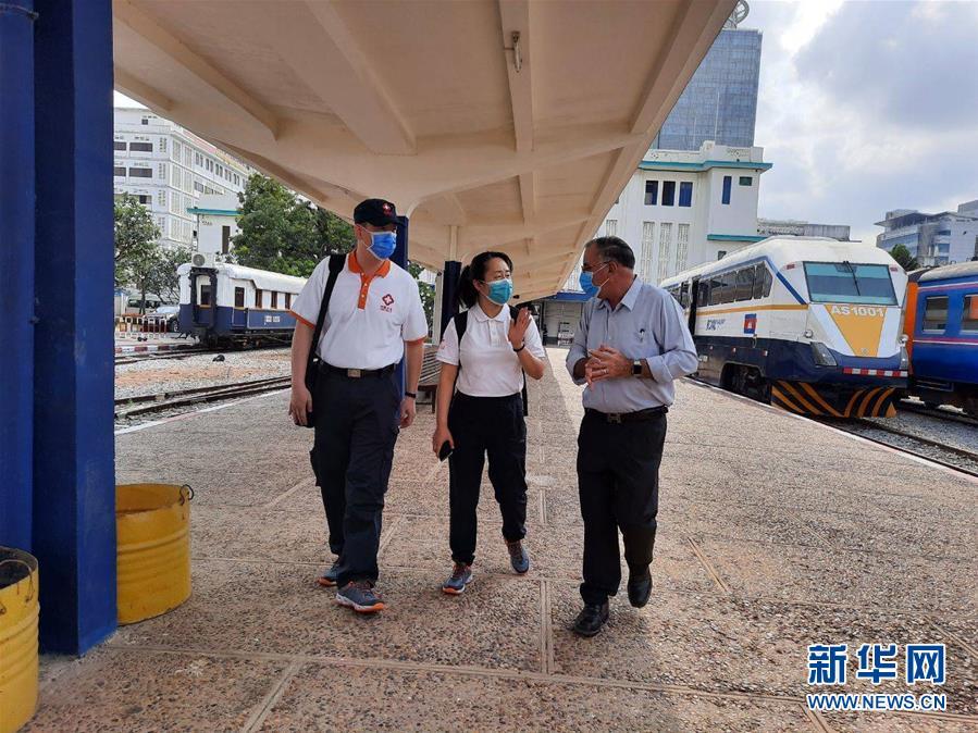 """(國際疫情·圖文互動)(8)""""工作忙碌又細致,經驗豐富又專業""""——一名柬埔寨青年眼中的中國援柬抗疫醫療專家組"""