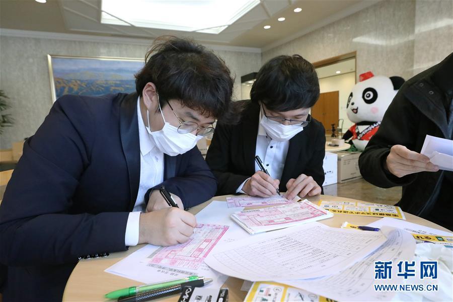 """(國際疫情)(4)中國駐日本大使館向在日留學生發放""""健康包"""""""