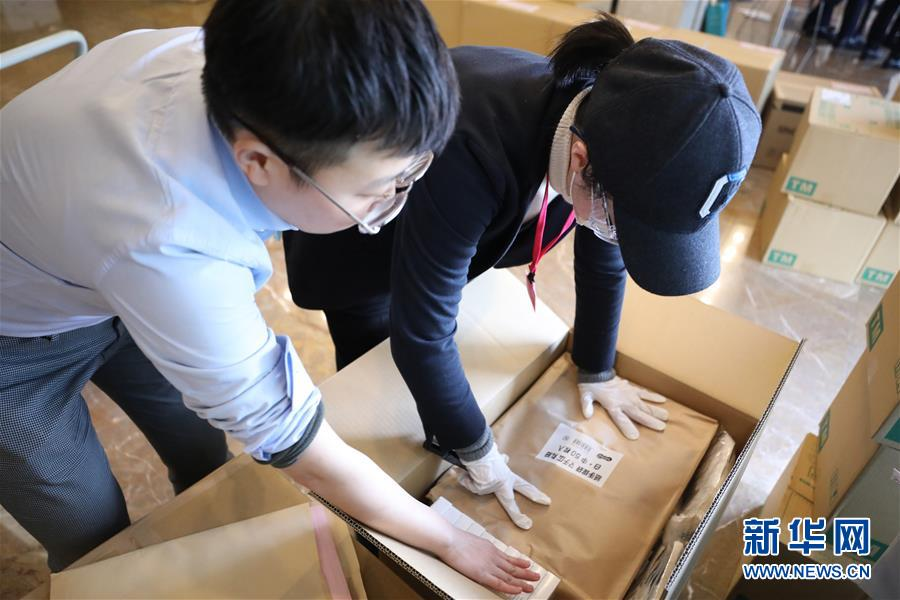 """(國際疫情)(6)中國駐日本大使館向在日留學生發放""""健康包"""""""