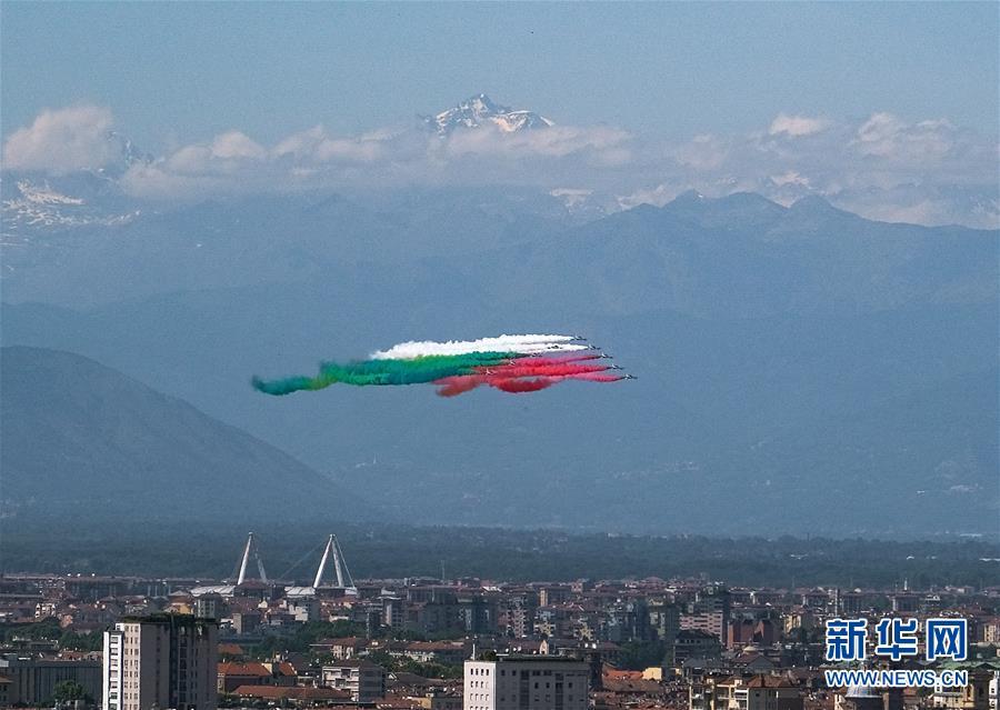 """(國際)(1)意大利""""三色箭""""飛行表演隊舉行飛行表演"""