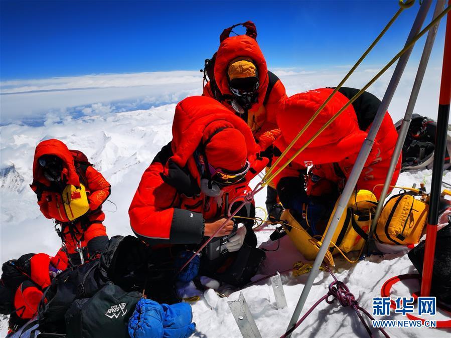 (2020珠峰高程测量)(2)独家照片:珠峰高程测量登山队队员在峰顶开展测量工作