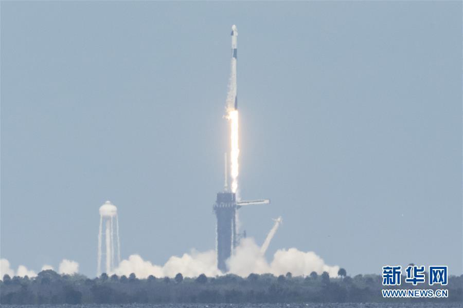 """美国""""龙""""飞船首次载人试飞将宇航员送往空间站"""