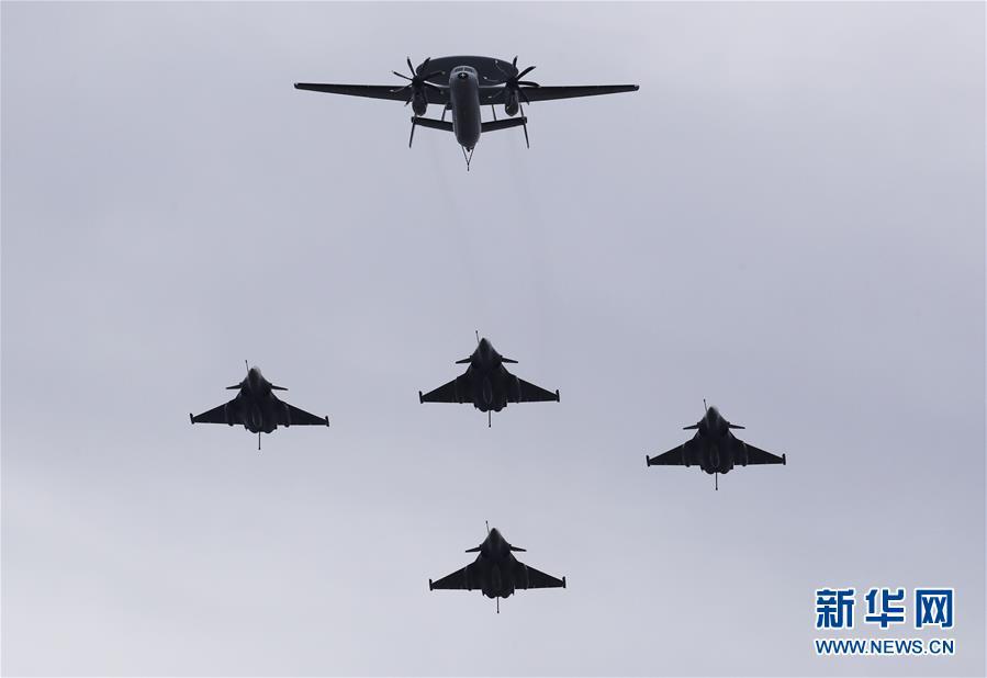 (国际)(3)法国国庆节阅兵式致敬抗疫公民