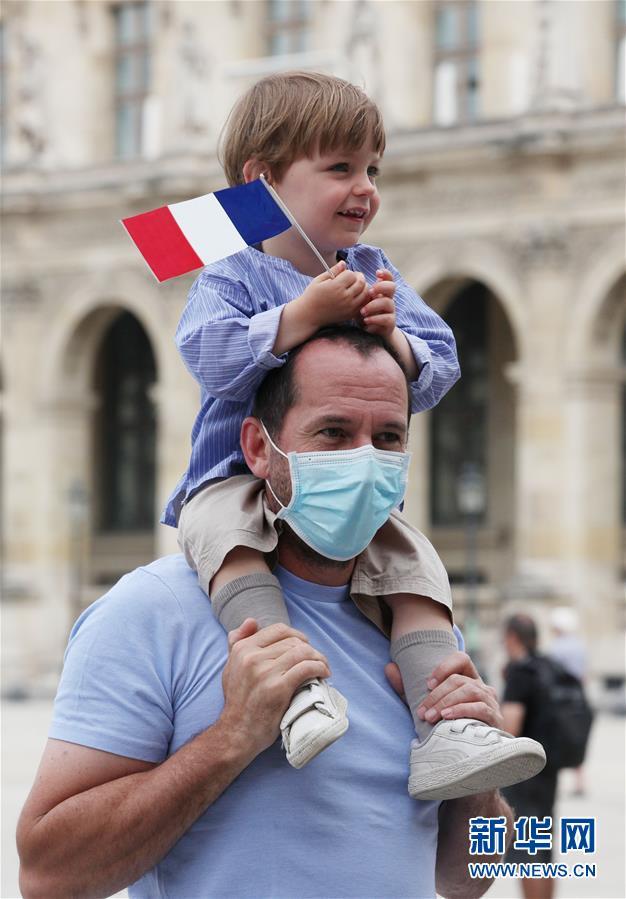 (国际)(7)法国国庆节阅兵式致敬抗疫公民
