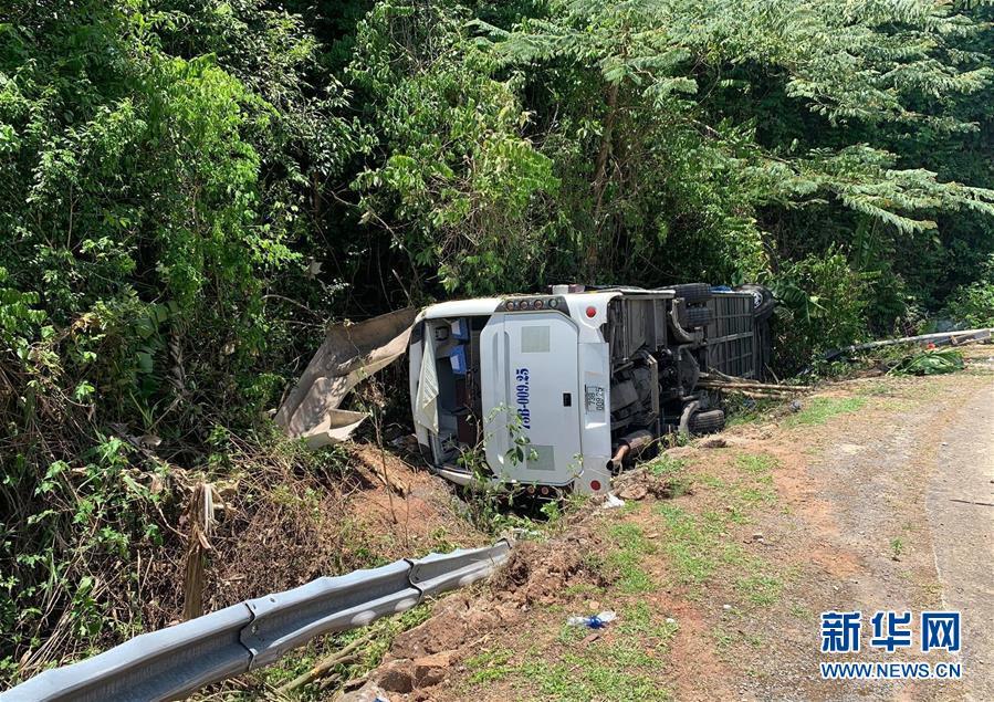 (國際)(1)越南中部一旅遊大巴翻車致13死