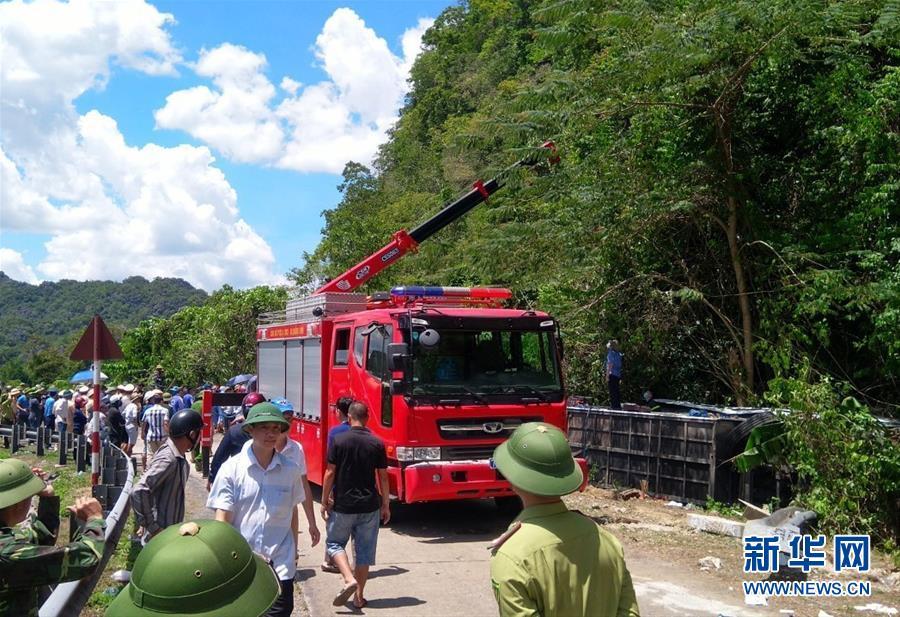 (國際)(2)越南中部一旅遊大巴翻車致13死