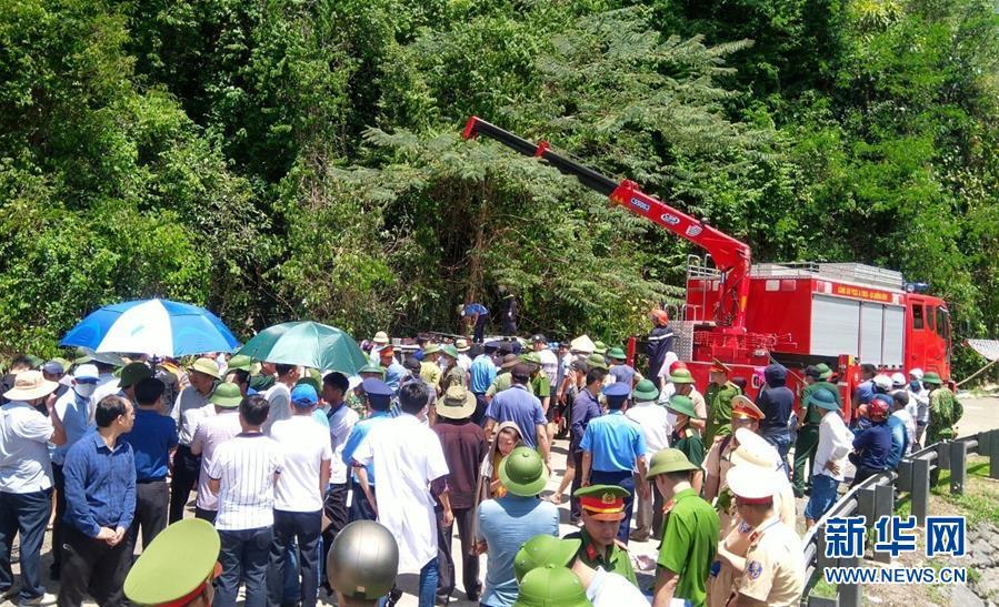 (國際)(3)越南中部一旅遊大巴翻車致13死