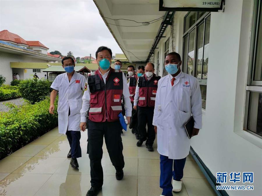 (國際疫情·圖文互動)(3)中國專家組與幾內亞醫護人員交流抗疫經驗