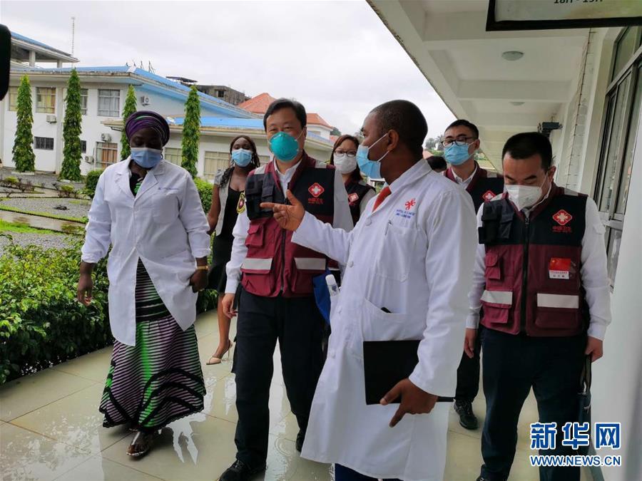 (國際疫情·圖文互動)(1)中國專家組與幾內亞醫護人員交流抗疫經驗