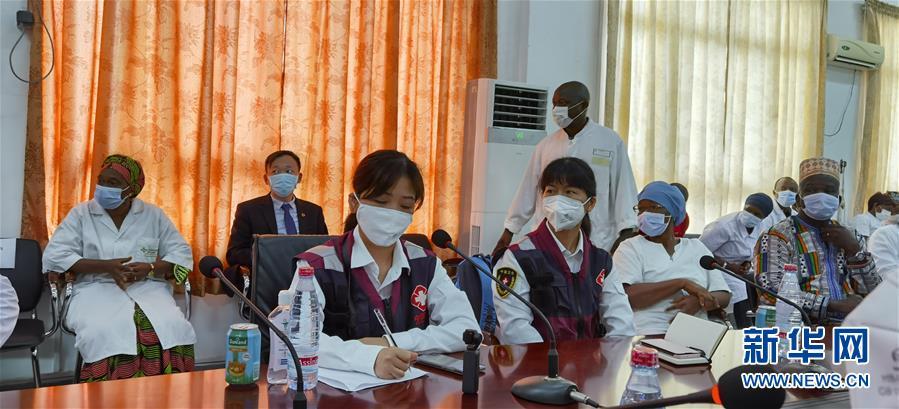 (國際疫情·圖文互動)(2)中國專家組與幾內亞醫護人員交流抗疫經驗