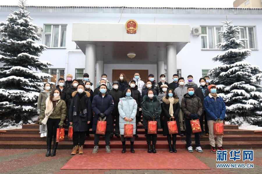 """中国驻白俄罗斯大使馆向中国留学生和华侨发放""""春节包"""""""