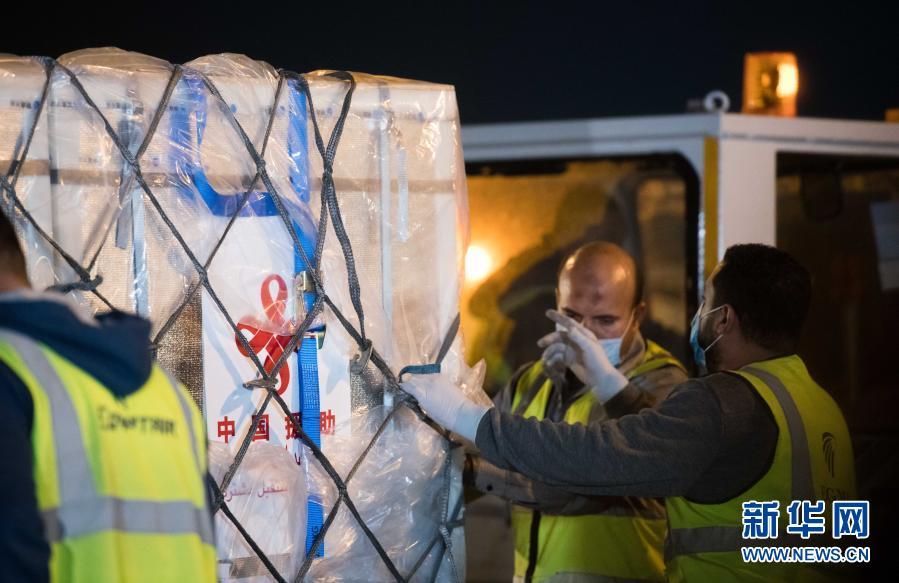 中国援助埃及的首批新冠疫苗昨日运抵开罗
