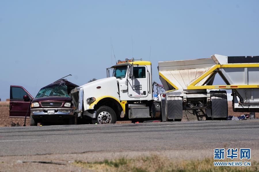 美国加州南部发生严重车祸至少15人死亡