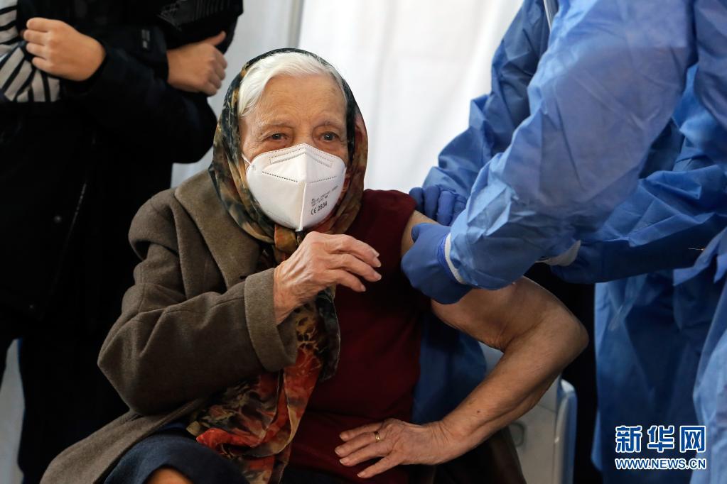 布加勒斯特百岁老人完成新冠疫苗接种