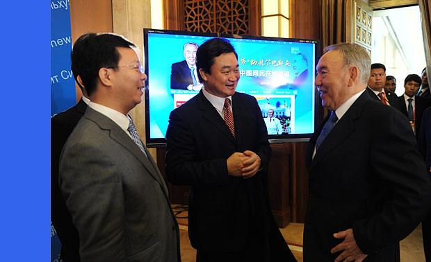 哈薩克斯坦總統納扎爾巴耶夫來到訪談現場