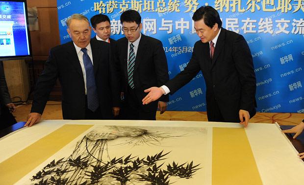 新華網總裁田舒斌向哈薩克斯坦總統納扎爾巴耶夫贈送禮物