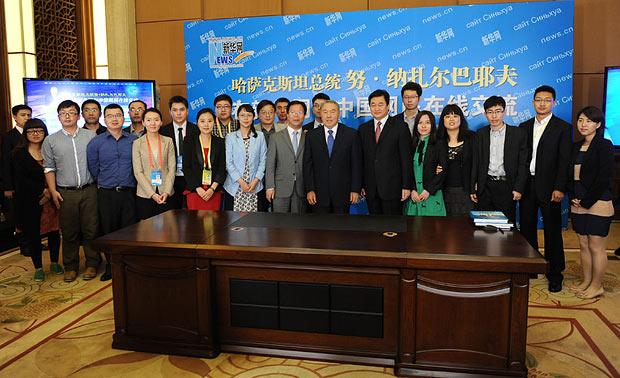 哈薩克斯坦總統納扎爾巴耶夫與現場工作人員合影
