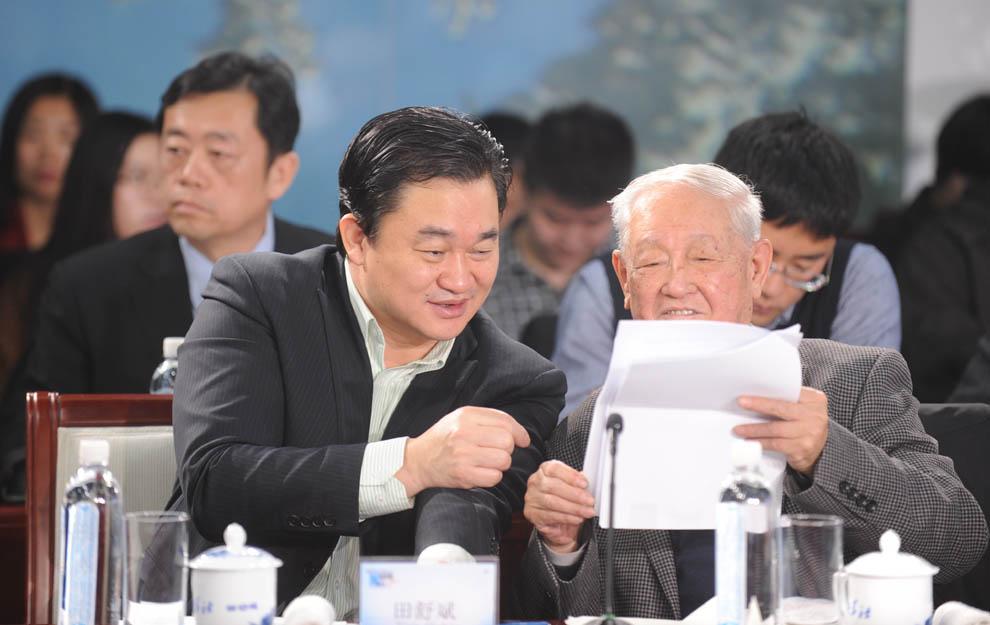 新華網董事長、總裁田舒斌與軍事科學院原副院長糜振玉在現場交流