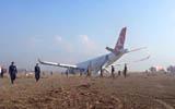 一架客機在尼泊爾降落時衝出跑道