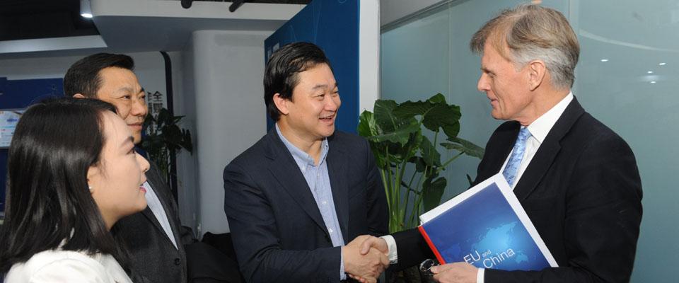 新華網董事長、總裁田舒斌會見丹麥駐華大使裴德盛