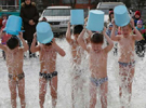 俄兒童冰天雪地潑冰水