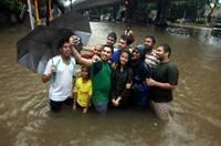 孟買暴雨引發洪災 民眾涉水出行苦中作樂