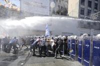 土耳其民眾反政府示威遭警察水槍鎮壓