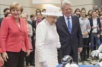 英國女王訪柏林技術大學 與機器人互動
