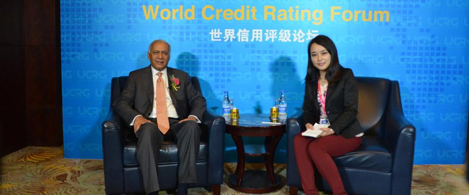 巴基斯坦前總理阿齊茲與新華網訪談主持人合影